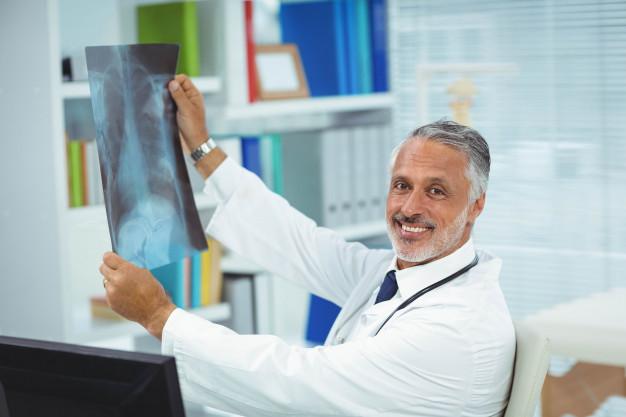 Médico segurando uma radiografia